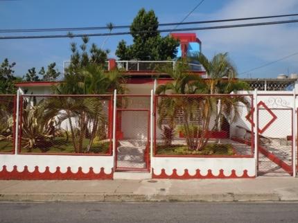 Casa Celeste (Blanca y Roja), CALLE 1ra, No. 53